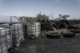 Infraestructuras abandonadas con material altamente tóxico a la vista y paciencia de los habitantes.
