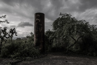 No se ha hecho nada con varios de los escombros o instalaciones abandonadas por los ocupantes norteaméricanos o alemanes en las etapas previas de colonización. Afectando el ecosistema pero también el paisaje natural de las islas.