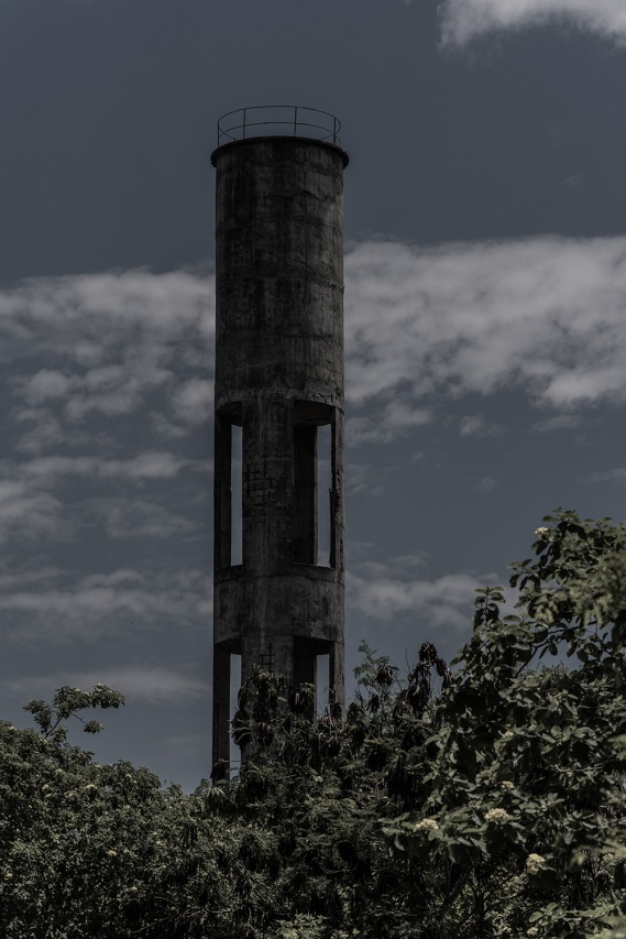 Infraestructuras abandonadas hace décadas permanecen contaminando el espacio de manera natural y visual.